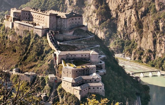 Bard (Aosta): il forte. Fotografia di Yanez (dal sito rete.comuni-italiani.it)