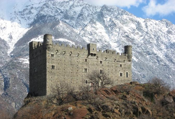 Chatillon (Aosta): maestoso tra le Alpi il castello di Ussel. Fotografia di AURE81VITA (dal sito rete.comuni-italiani.it)