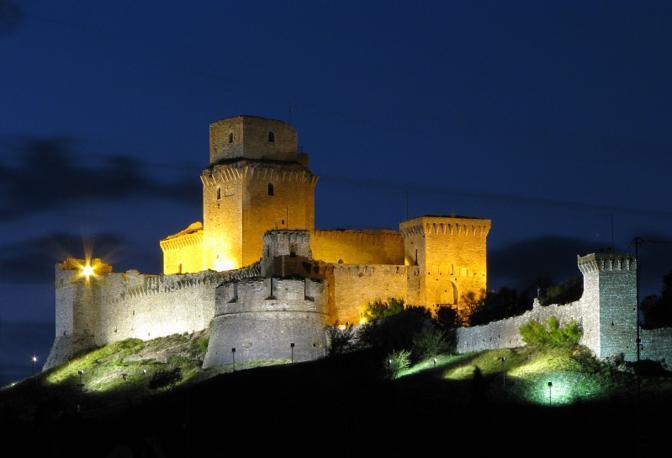 Assisi (Perugia): luci della sera sulla rocca di Assisi. Fotografia di Alberto Gagliardi (dal sito rete.comuni-italiani.it)