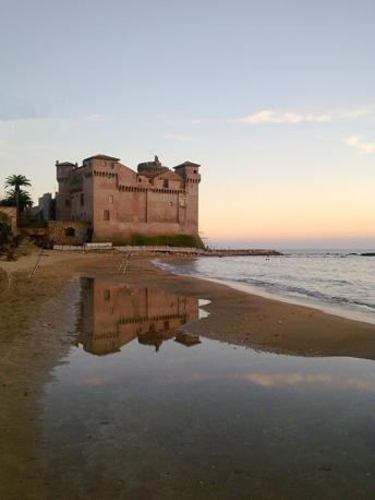 Santa Marinella (Roma): riflessi del castello di Santa Severa. Fotografia di Acquamarina (dal sito rete.comuni-italiani.it)