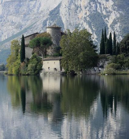 Calavino (Trento): magica atmosfera al castel Toblino. Fotografia di Angelo63 (dal sito rete.comuni-italiani.it)