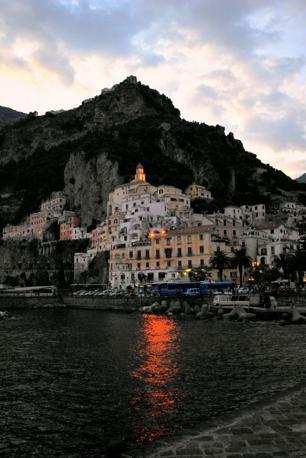 Amalfi al crepuscolo. Fotografia di Roxanna4ever (dal sito rete.comuni-italiani.it)