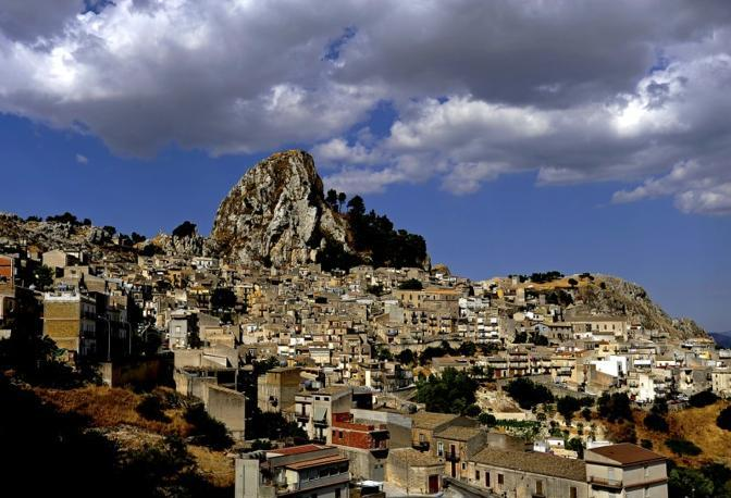 Caltabellotta (Agrigento): a un palmo dalle nuvole. Fotografia di Giuseppe Muccio (dal sito rete.comuni-italiani.it)