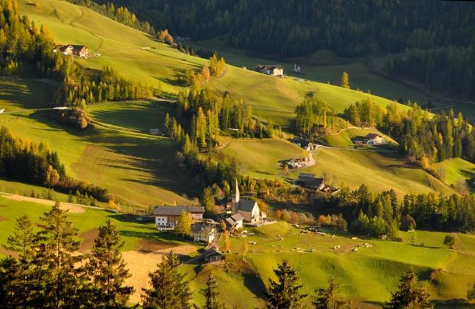 Funes (Bolzano): tramonto su Sankta Magdalena. Fotografia di Gg60 (dal sito rete.comuni-italiani.it)