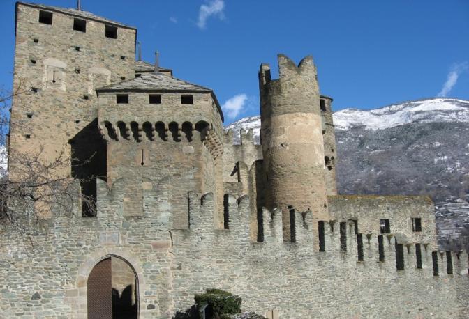 L'imponente castello di Fenis (Aosta). Fotografia di AURE81VITA (dal sito rete.comuni-italiani.it)