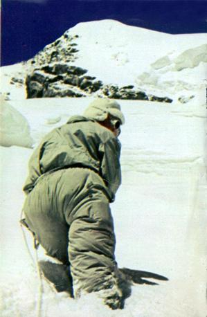 Durante la scalata del K2. Lino Lacedelli a pochi passi dalla vetta fotografato da Achille Compagnoni