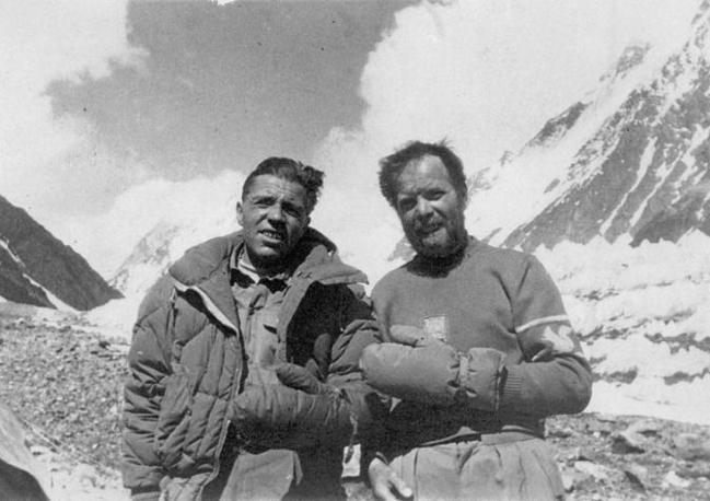 Achille Compagnoni (a sinistra) e Lino Lacedelli, le punte della spedizione guidata da Ardito Desio, ai piedi del K2, 8.611 metri