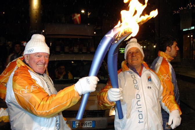 Lino Lacedelli riceve la fiaccola olimpica nel 2006