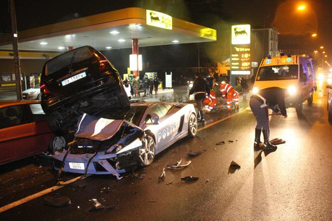 La Lamborghini in dotazione alla polizia stradale di Bologna, da giovedì in mostra al Salone dello Studente a Cremona, è andata distrutta in un incidente avvenuto a Cremona. Il 'bolide' si è infatti andato a schiantare contro delle auto in sosta per evitare una vettura che le avrebbe tagliato la strada. I due agenti a bordo sono rimasti feriti in modo non grave. La vettura, 5.000 di cilindrata, era preceduta da un'altra volante della polizia, diretta a Castelvetro Piacentino per imboccare l'autostrada e rientrare a Bologna. Un'auto è però uscita da un distributore di benzina, tagliando la strada agli agenti. Per evitarla, il conducente della Lamborghini ha sterzato sulla destra e si è schiantato contro due vetture in sosta.  I due agenti a bordo della Lamborghini sono rimasti feriti in modo non grave: il conducente ha riportato lo schiacciamento di una vertebra e la frattura di una costola, l'altro solo contusioni. (Rastelli)