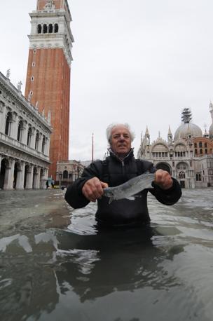 Il forte vento di scirocco e il plenilunio hanno portato un'acqua alta di 131 cm sul medio mare a Venezia (Andrea Merola/Ansa)