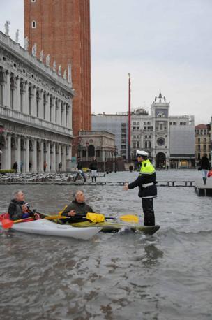 Un vigile ferma due canoisti in piazza San Marco (Fotogramma/Interpress)