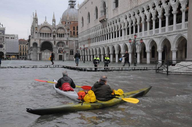 Due canoisti in piazza San Marco (Fotogramma/Interpress)
