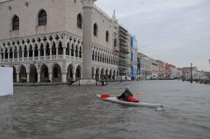 Un canoista in piazza San Marco (Fotogramma/Interpress)