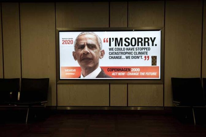 """I viaggiatori in arrivo all'aeroporto di Copenaghen verranno accolti da cartelloni pubblicitari con le facce invecchiate dei leader del mondo che chiedono scusa per non essere stati capaci di affrontare i cambiamenti climatici. I cartelloni pubblicitari piazzati nell'aeroporto mostrano i volti dei leader come potrebbero apparire nel 2020. Le immagini sono accompagnate dal titolo """"Mi dispiace. Potevamo fermare gli effetti catastrofici dei cambiamenti climatici…non l'abbiamo fatto"""". Lo slogan della campagna è """"Act now: change the future"""". Le pubblicità sono state diffuse dalla coalizione mondiale tcktcktck.org e da Greenpeace come parte della campagna per ottenere un accordo equo, serio e vincolante al summit sul clima di Copenaghen"""