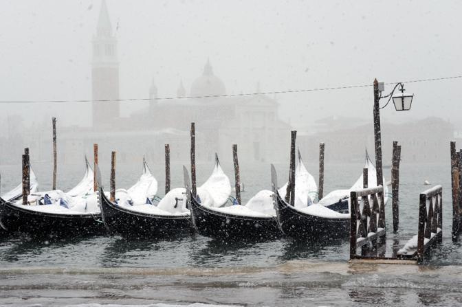 Neve e acqua alta a Venezia (Ansa)