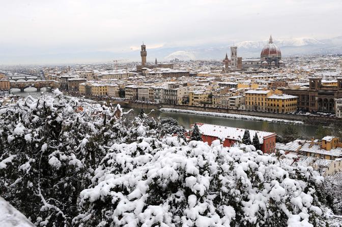 Le rare immagini di Firenze imbiancata (Ansa)