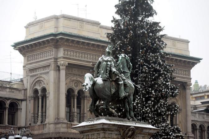 Neve in piazza Duomo a Milano (Fotogramma)