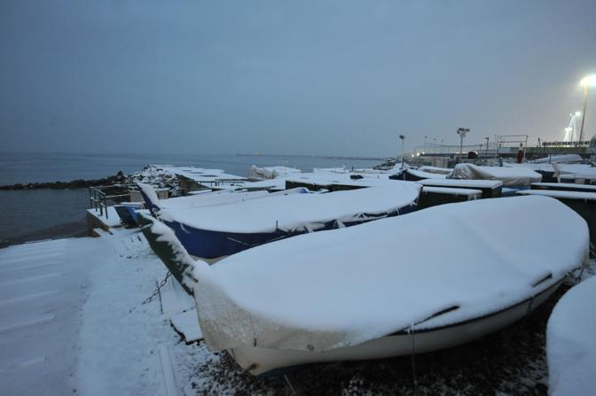 Fitta tormenta di neve su Genova (Ansa)