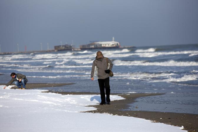 Neve sulla spiaggia a Rimini (Ansa)