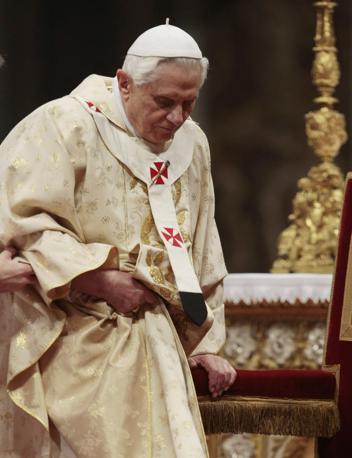 Dopo la spinta e la caduta, Benedetto XVI ha raggiunto l'altare celebrando la messa di Natale (Ap)