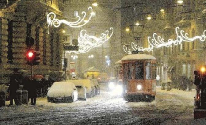 2° classificata. Tram in piazza della Scala di Giacomo Valerio. Il lettore scrive di un «lento bolero di bruchi»