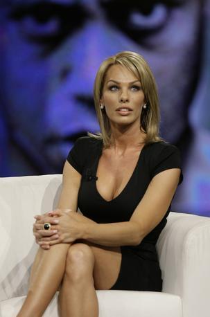 Una delle amanti del golfista Tiger Woods, Cori Rist, è stata ospite di «Chiambretti night». E non si è sottratta alle domande impertinenti del conduttore piemontese: «Un malato? Dire di no», ha detto Cori. «Più che altro è un porco», ha precisato (Ap)
