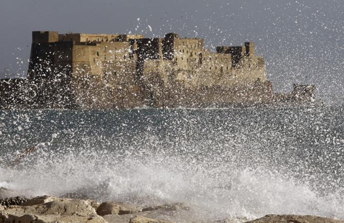 Mareggiate anche sulle coste campane (Infophoto)