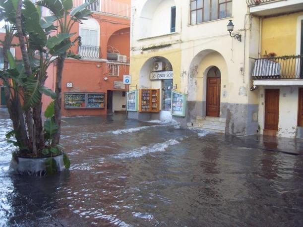 Una immagine inusuale di una strada allagata ad Ischia (Ansa)
