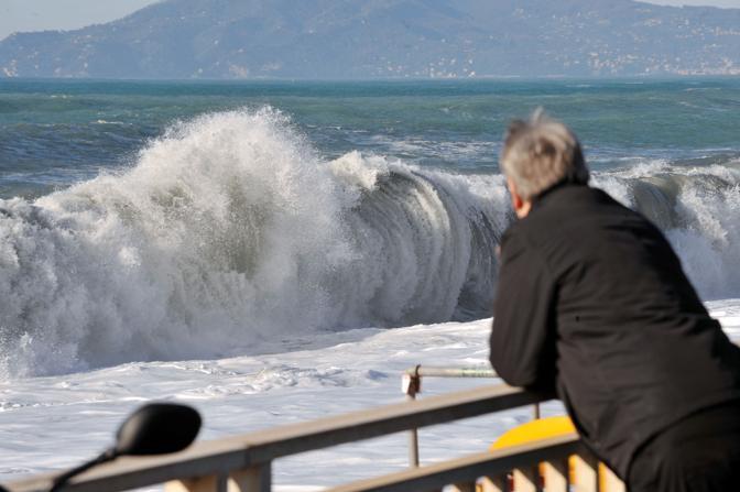 Una violenta mareggiata con onde alte fino a quattro metri e mare forza otto ha flagellato per l'intera nottata la Riviera di Levante (Ansa)