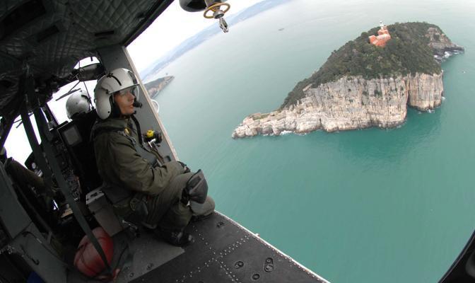 Al largo diLa Spezia, ore 12.31 - Volo di pattugliamento e sorveglianza della guardia costiera della base di Sarzana - Foto di Attilio Rossetti