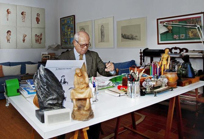 Sovicille (Siena), ore 12.30 - Emilio giannelli disegna la vignetta per il Corriere della Sera. In primo piano una sua scultura - Foto di Massimo Zingardi