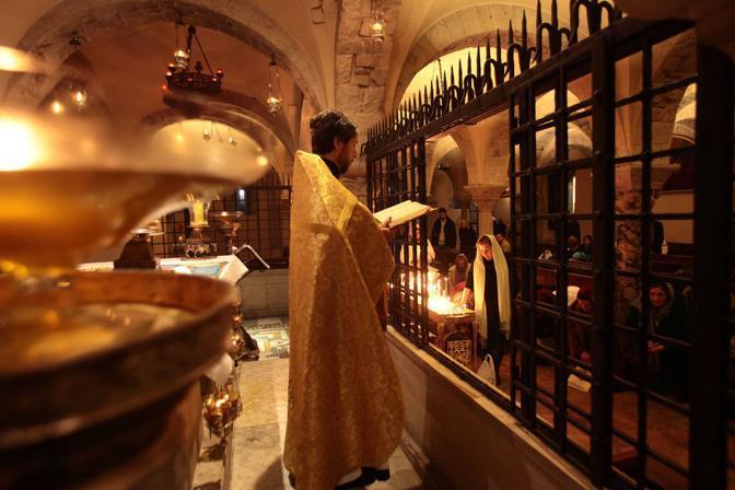 Bari,ore 10.55 - Padre Vladimir celebra messa nella basilica di San Nicola, santo venerato dai cristiani ortodossi - Foto di Rocco de Benedictis
