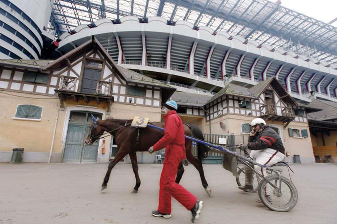 Milano,ore 15 - Gara di trotto all?ippodromo di Milano: cavallo e driver ritornano verso le stalle dopo la corsa - Foto di Alberto Bernasconi