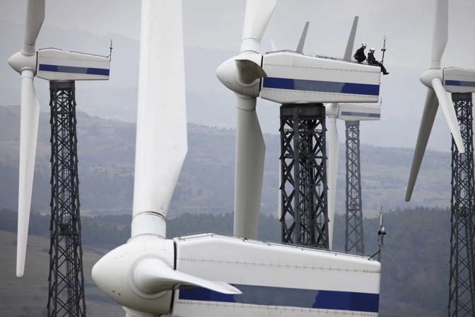San marco dei Cavoti (Benevento), ore 12.27 - Michele e Salvatore Cece, elettrotecnico e meccanico, sulla turbina eolica j19 - Foto di alberto Novelli