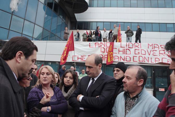Roma,ore 15.30 - Il presidente della provincia, Nicola Zingaretti, assieme agli operai in lotta della eutelia - Foto di Fabio Lovino