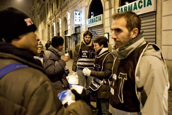 Milano, ore 7.25 - I volontari della fondazione Fratelli di San Francesco aiutano i senzatetto - Foto di Alessandro di Gaetano