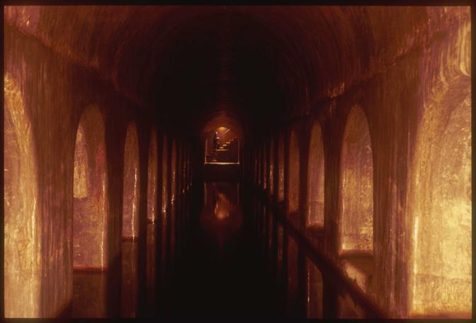 """Torino, ore 13 - L?impianto di acqua sorgiva costruito nel 1860 per portare nel centro le acque sotterranee della Val Sangone. Ancora efficiente, da qui è partita la fornitura di """"acqua di volo"""" ad uso aerospaziale per la missione russa jules verne, nel 2007 - Foto di Pablo Balbontin"""