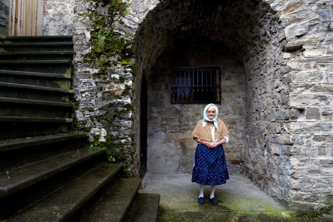 San Paolo Albanese (potenza), ore 21.30 - Caterina Troiano, nata nel 1929, fra le mura di questo villaggio di etnia albanese, nella catena del Pollino - Foto di Ada Masella