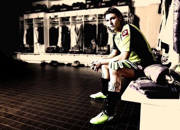 Firenze, ore 16.12 - Sebastien Frey, portiere della Fiorentina, negli spogliatoi dello stadio Artemio Franchi - Foto di Claudio Villa