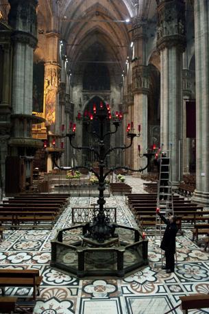 Milano, ore 17.53 - Costruito nel medioevo, il Trivulzio, candelabro a sette bracci, nel duomo di Milano dal 1500 richiama l?albero della vita - Foto di Mauro Sioli