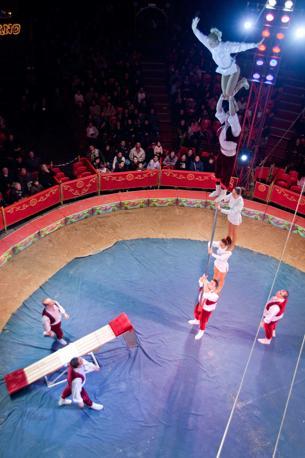 Lucca, ore 22.50 - Il gruppo di acrobati rumeni Katana si prepara a sfidare le leggi di gravità sotto il tendone del circo Medrano - Foto di Elio Colavolpe