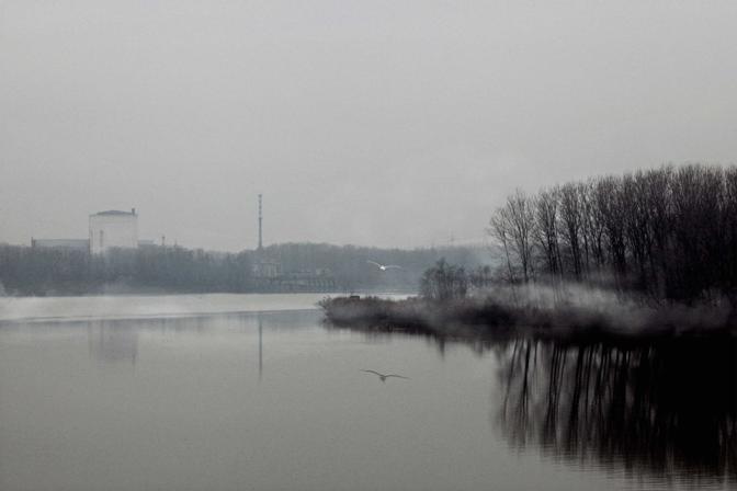 Caorso (piacenza), ore 11.18 - Il reattore della centrale nucleare dorme tra le nebbie del Po in attesa di essere completamente smantellato - Foto di Enzo Ranieri