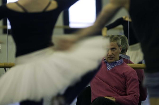 Milano, ore 14.25 - Makhar Vaziev, direttore del corpo di ballo del Teatro alla Scala, segue le prove del Don Chisciotte nella Sala Nureyev - Foto di Francesco Cito
