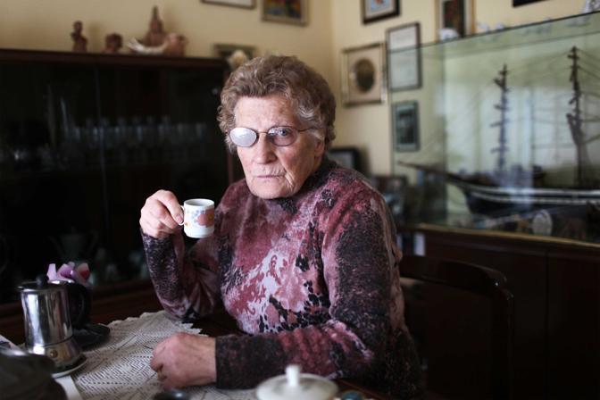 Brindisi, ore 16.56 - Romana Blasotti Pavesi, 80 anni, presidente dell'associazione dei familiari delle vittime dell'amianto in attesa di giustizia - Foto di Samuele Pellecchia