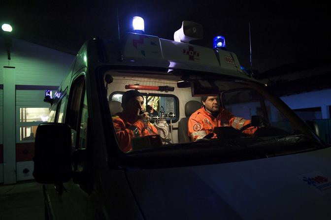 Varese, ore 22.27 - È appena arrivata una chiamata al 118: i volontari della sos di Malnate partono in ambulanza - Foto di Michela Taeggi