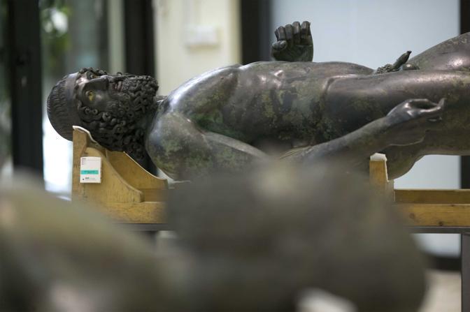 Reggio Calabria, ore 6.41 - I bronzi di Riace, sdraiati in una sala del palazzo del consiglio regionale, attendono il restauro che inizierà a giorni - Foto di Antonio Taccone