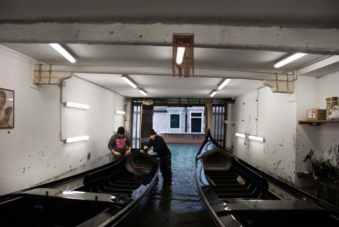 Venezia, ore 7.37 - Nello squero di San Trovaso, continua la tradizionale costruzione (e riparazione) di gondole, pupparini e sandoli - Foto di Marco dal Maso