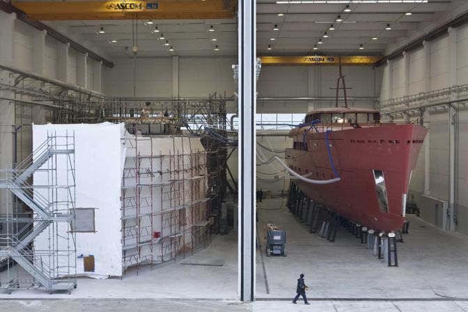 La Spezia, ore 16.31 - Negli hangar dei cantieri Beconcini, la Perini navi (specializzata in velieri) allestisce le sue prime imbarcazioni a motore - Foto di Alfredo Bini