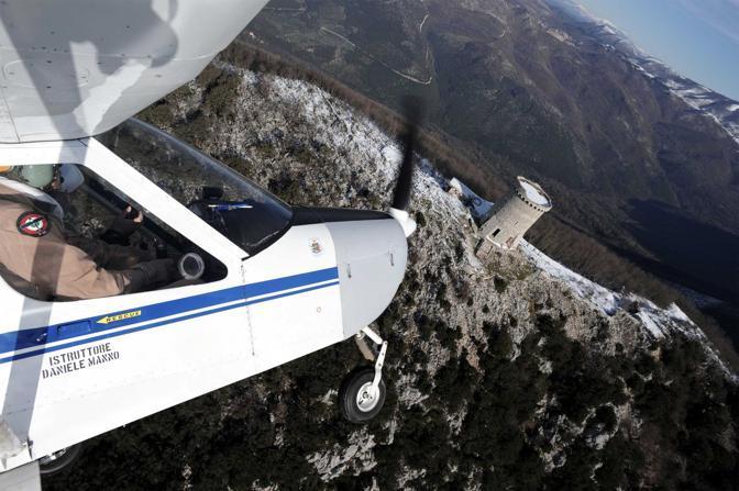 Monte Gennaro (Roma), ore 10.28 - Lezione di volo ultraleggero sorvolando il parco dei monti Lucretili - Foto di Chris Warde Jones