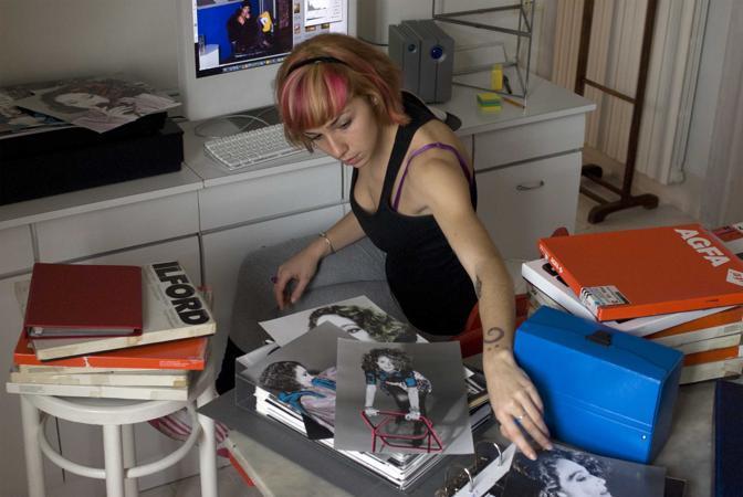 Roma,ore 11,30 - Nell?archivio Ghergo l?assistente scannerizza le foto, colorate a mano, di Marisa Berenson - Foto di Cristina Ghergo